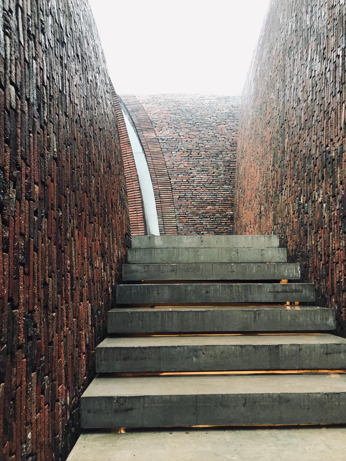 楼梯和拱券缝隙的光  ©艺讯网现场拍摄2.jpg