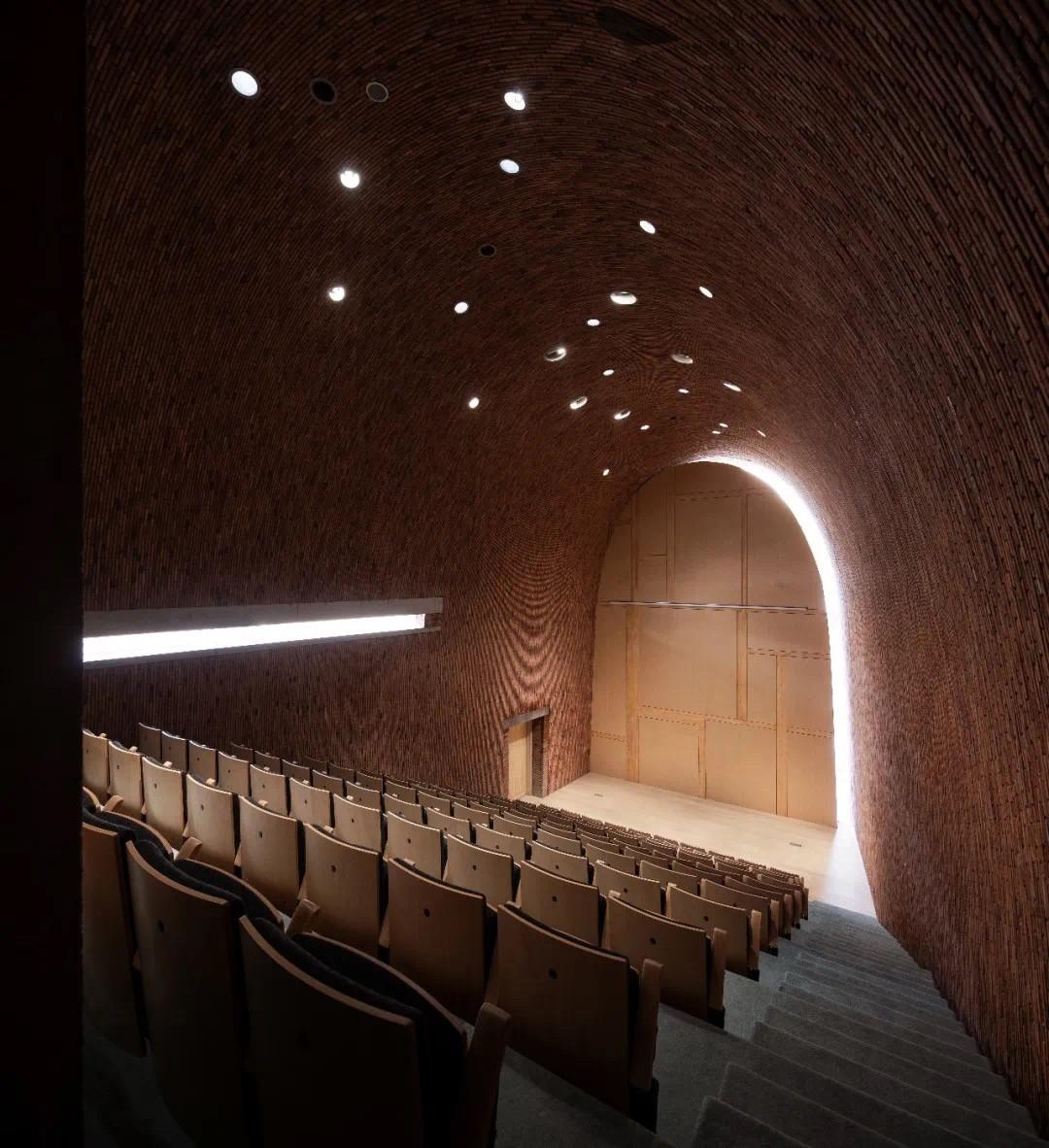 报告厅墙的边侧曲线光缝和左侧直线光缝 ©是然建筑摄影.JPG
