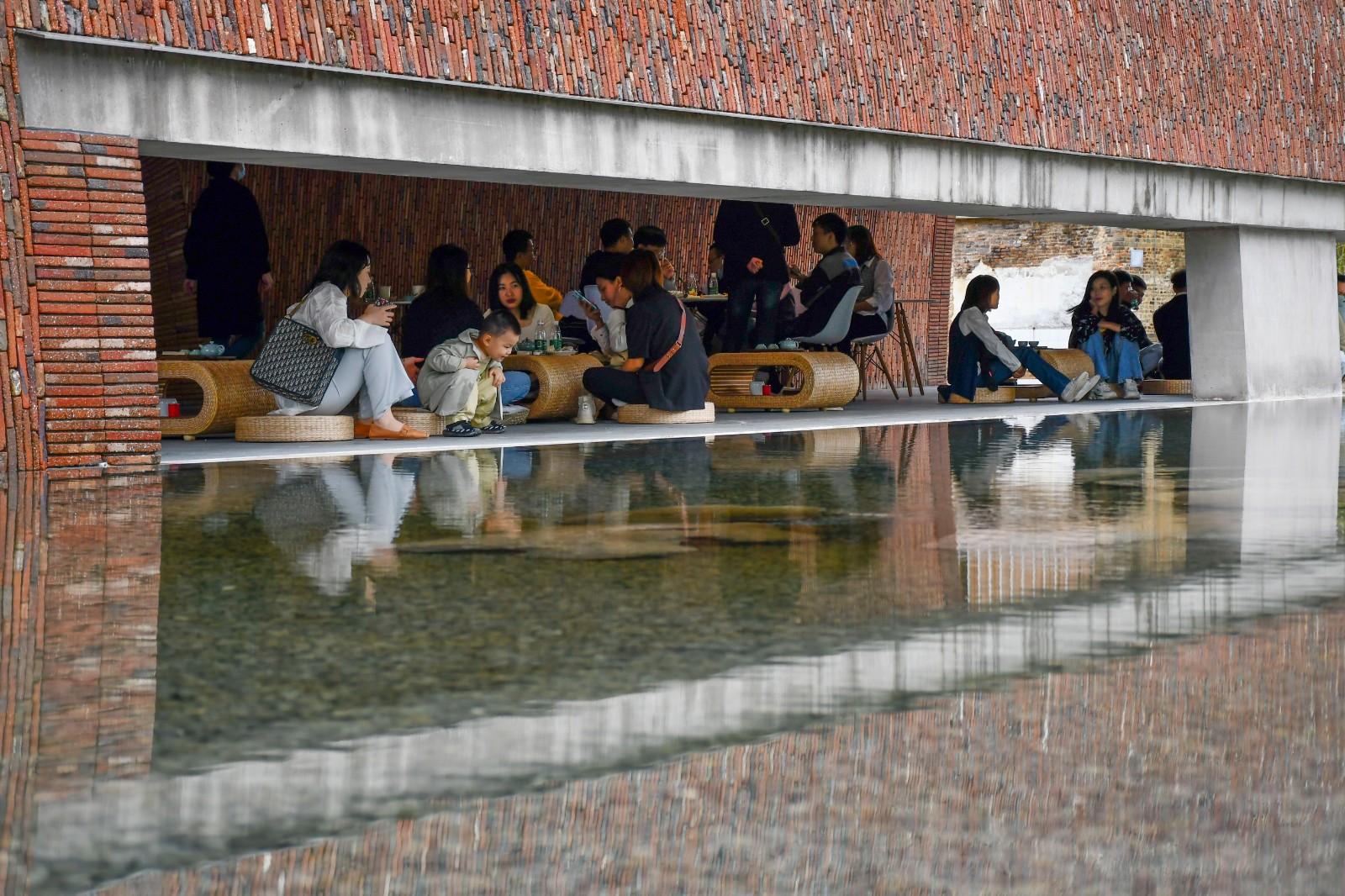 从建筑外观长缝透过水面可见茶室中休憩的人们2.jpg