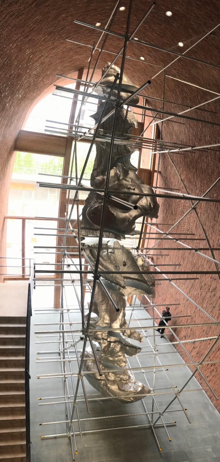 隋建国《云中花园-手迹2#》艺讯网展览现场拍摄,光敏树脂3D打印,600×600×1200cm,2018年.jpg