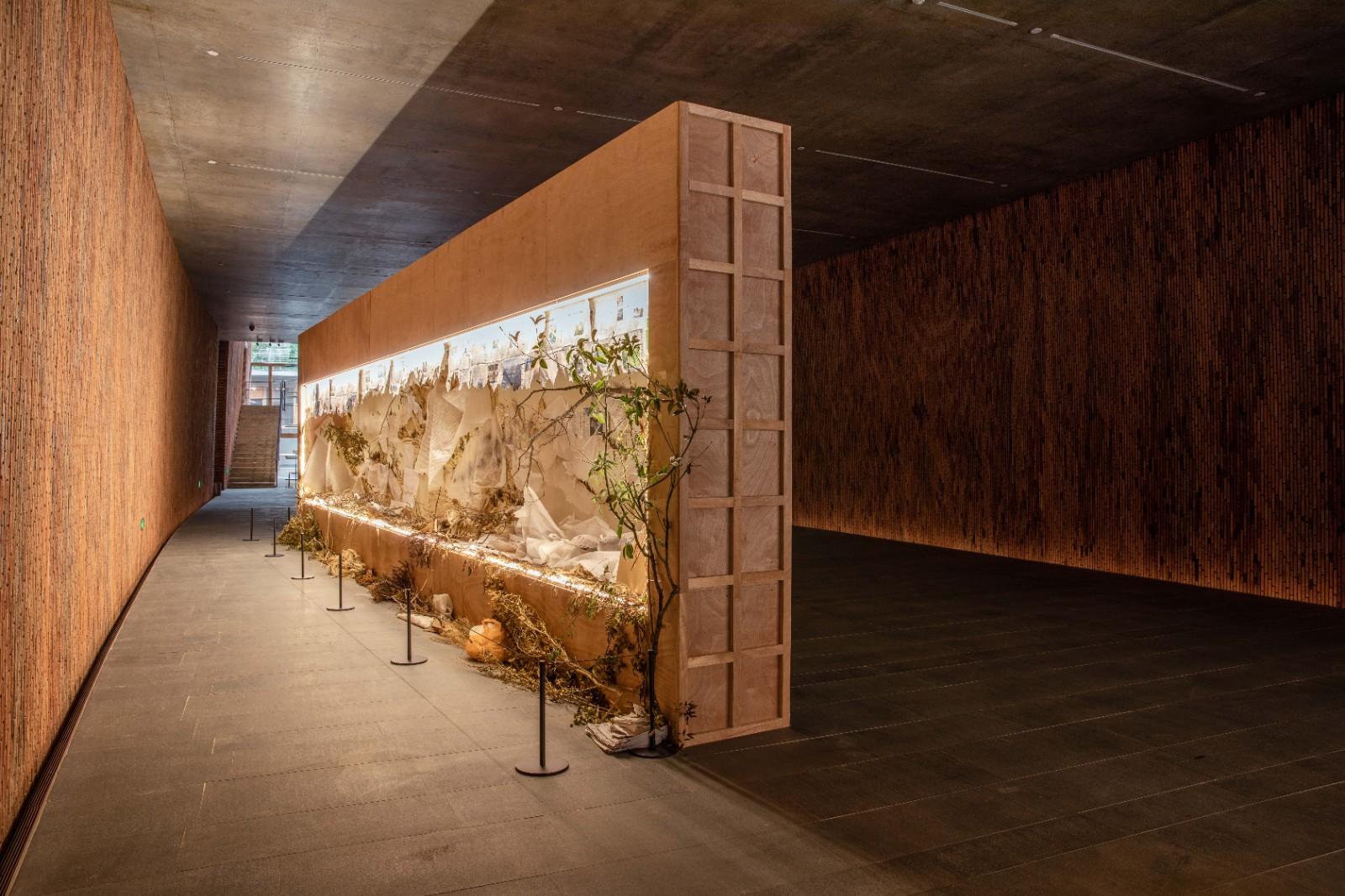 徐冰《背后的故事:溪山无尽图》综合媒材装置/磨砂玻璃后的各种材料及装置,180cm×1080cm,2014年2.jpg