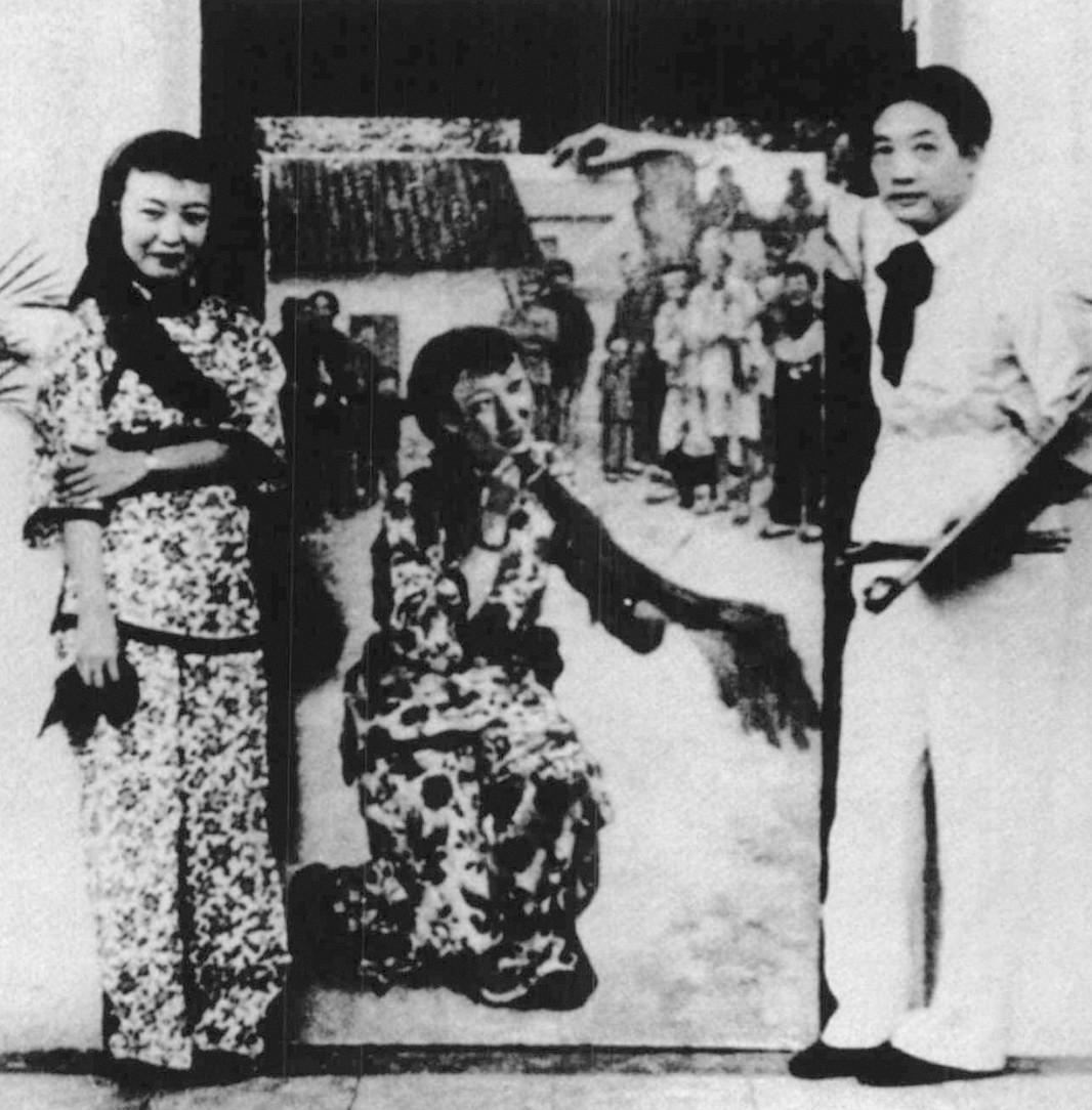 5 徐悲鸿在江夏堂绘制《放下你的鞭子中之王莹女士》时,与带妆的王莹合影 1939年10月.jpg
