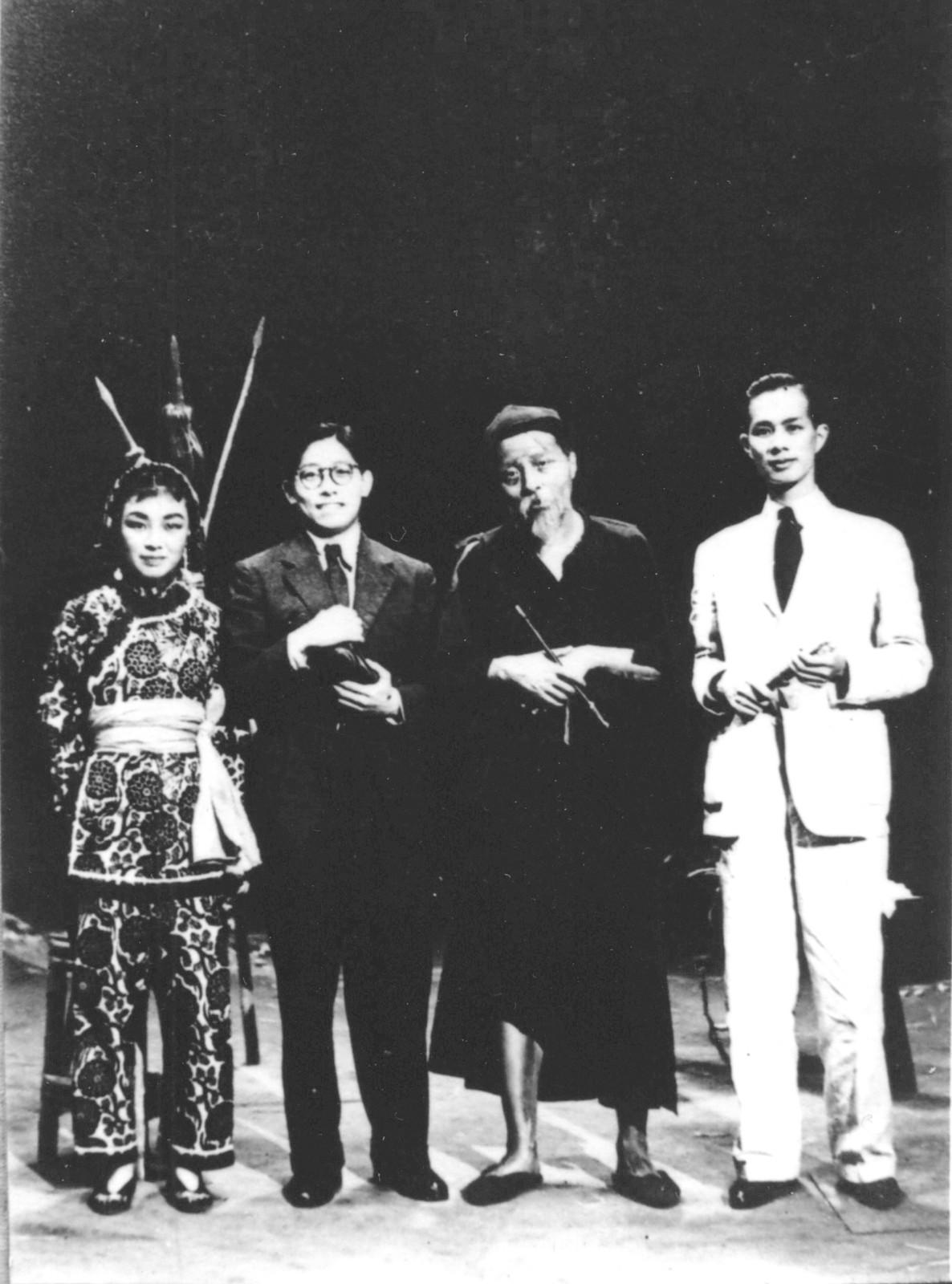 6 王莹(左一)、金山(左三)在香港利舞台演出《放下你的鞭子》后,带妆与漫画家丁聪(左二)、《大地》主编马国亮合影 1941年秋.jpg