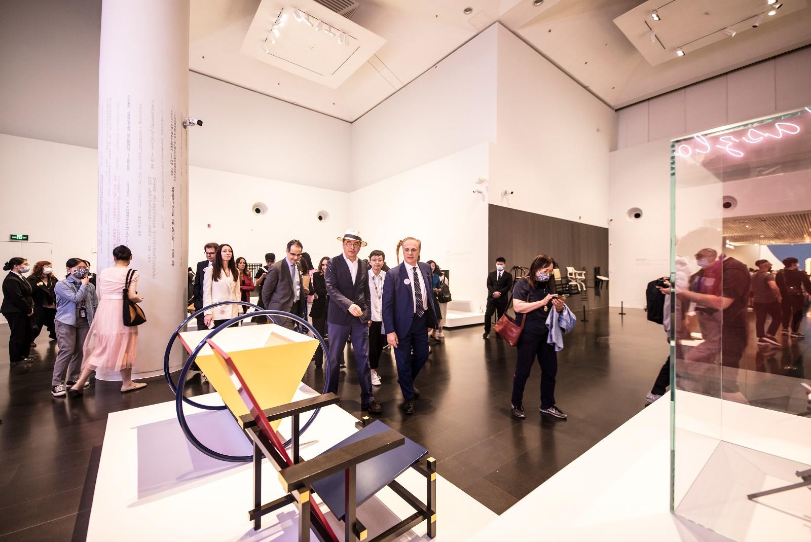 28 意大利駐華大使方瀾意在中方策展人蘇丹陪同下觀展.jpg