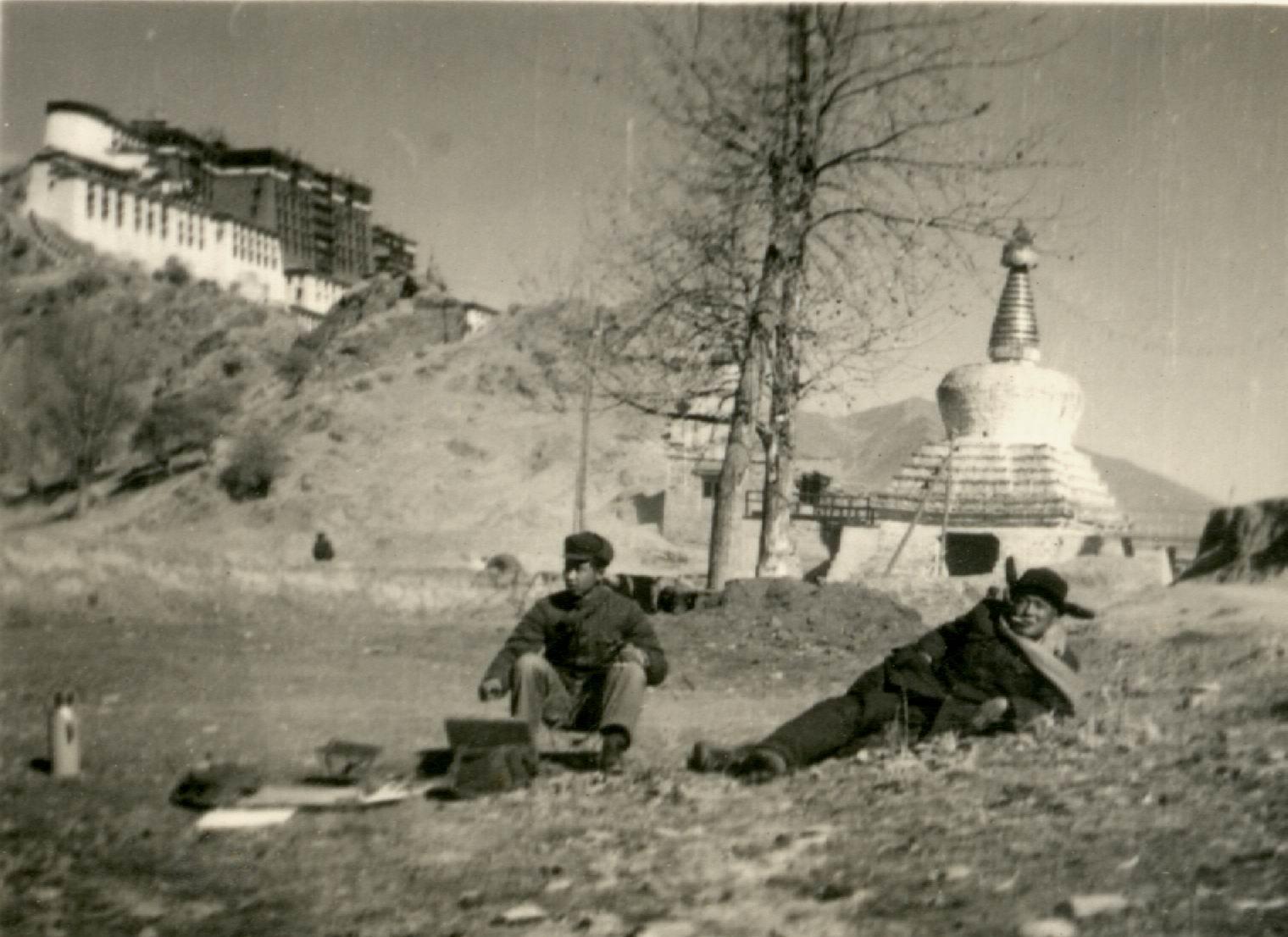 1956年马常利在布达拉宫前写生.jpg